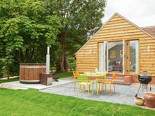 The Yard - Sleeps 4 - Wood Fired Hot-Tub, Gloucester