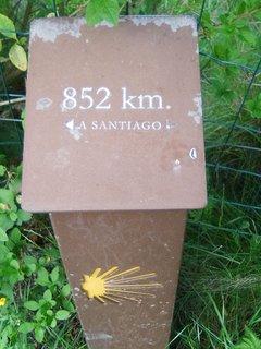 Señal del kilómetro 852 del Camino de Santiago hacia Compostela