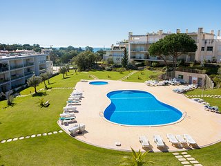 2 Bedroom Apartment in Monte da Balaia (Olhos d'Agua) with Wifi & Pool