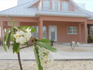 Affordable Luxury 3 Bed/3 Bath Beach View Vacation Home (#2 Peach), Rum Point