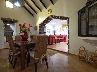 Finca Bougainvilla-200yr old restored farmhouse with large private garden, Guime