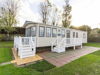8 berth caravan at Hopton Haven Holiday Park, in Great Yarmouth. REF 80043SR