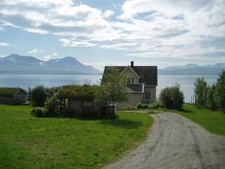 Authentic log house with 4 bedrooms and an amazing view - by the fjord