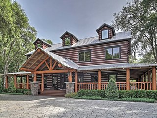 'The Lodge at Wekiva' Extravagant 3BR + Loft Apopka Cabin on 8 ½ Acres w/Wifi, Huge Private Wraparound Porch & Sweeping Views - Minutes to World-Class Theme Parks, Beaches & Golf!