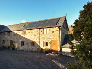 LITTLE COW HOUSE, mid-terrace stone cottage, en-suite, WiFi, garden, Chirk, Ref