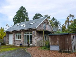 STEWARTS LODGE COTTAGE, detached, en-suite, woodburner, enclosed garden, in Murthly, Dunkeld, Ref 947817