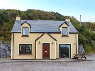 FIR TREE COTTAGE, detached, open fire, garden, off road parking, Caherdaniel, Ref 947954