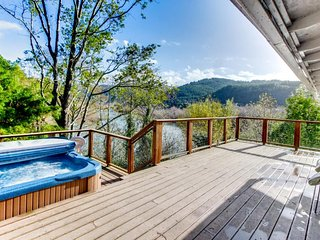 Spacious dog-friendly home on the Rogue River w/private hot tub & glorious views, Gold Beach