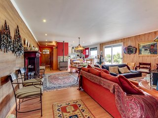 Relaxing dog-friendly home with mountain views perfect for your next vacation!