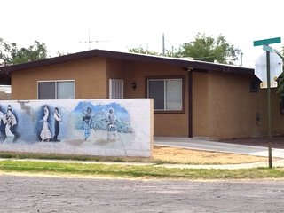Close to U of A: 3 BDRM, 2 BATH ENTIRE HOUSE- FREE WiFI, PARKING. Easy Downtown, Tucson
