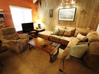 2 Bed + Loft / 3 Bath, Sleeps up to 8, WiFi & Pet Friendly, Mammoth Lakes