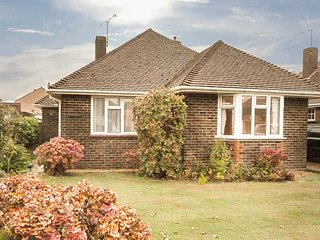 TIGH-AN-TRAIGH, detached bungalow, coastal, WiFi, en-suite, in Rustington, Ref