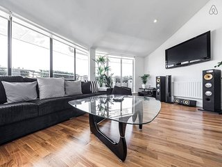 Luxurious 3 Bed 2 Bath Duplex Penthouse w/ Balcony, Londen