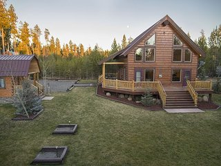 Luxury Lodge! Hot-Tub-Trail Access - Free WiFi!, Island Park