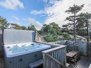 Bella Beach Luxury with Views, Hot Tub, King Suite and Private Bonus Suite!, Depoe Bay