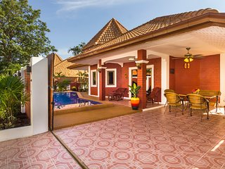 Villa  Sabai with pool close to the beach, city and walking street, Pattaya