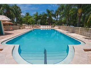 Ground Floor 1BR 550sqft Siesta Key Crescent Beach Condo + WiFi No Road to Cross