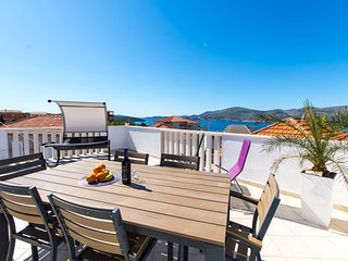 Sando Luxury apartment in center with spectacular sea view and pebble beach, Okrug Gornji