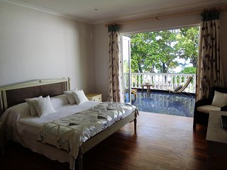 Deluxe double in Chateau Elysium with terrace and view to ocean, Beau Vallon