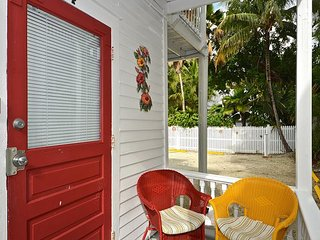 Hibiscus Hideaway - Close to Duval! Private Parking! Cozy Island Getaway, Key West