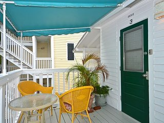 Orchid Suite - Cute Suite 1 Block to Duval! Pvt Parking! Perfect location!, Key West