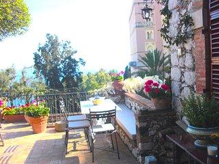 CASA OASI  with view & terrace, Taormina