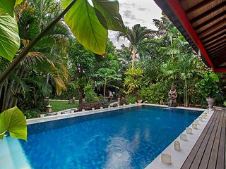 Holiday Villa Rental Seminyak Large Garden & Pool