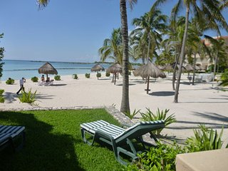 BEAUTIFUL BEACHFRONT TOWNHOUSE IN WHITESAND BEACH OF A TRANQUILE JADE WATER BAY, Puerto Aventuras