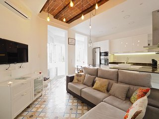 Spacious Espacio Gaudi apartment in Eixample Dreta with WiFi, integrated air con