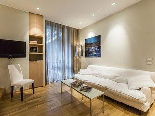 Spacious Montenapoleone Design Suite apartment in Centro Storico with WiFi, Milán