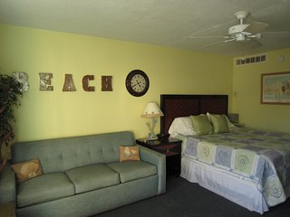Beach Bliss Studio Daytona Beach-Sleep4-Pet Friendly-Free Parking-Free WIFI