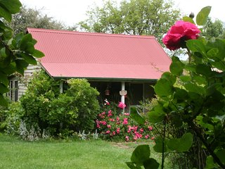 Poppy's Cottage B&B  Award winning, Charming bed and breakfast close to Armidale