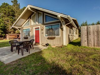 Charming studio w/  hot tub - walking distance to Caspar Beach!