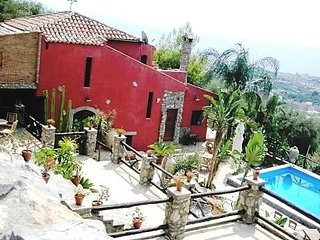 VILLAdeiNOBILI & AMAZING POOL! ENTIRE PROPERTY FOR ONLY PRIVATE USE WHO RENT IT!, Taormina