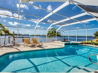 Villa Laguna Lake - Lakefront 4 bedroom sleeps 8!! Tropical Lifestyle, Cape Coral