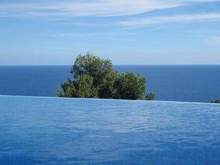 BLANES Maravillosa Vista Mar Piscina Privada con agua salada muy Tranquilo Wi-FI