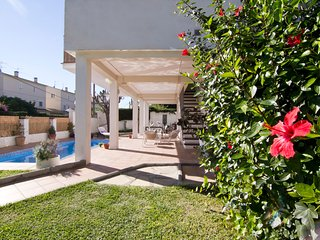 Valencia Beach, 3 Bedroom Center Villa Close to the Beach, AC & Private Pool