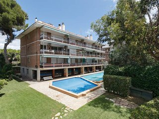 Vinyet Apartment, spacious 1st floor apartment less than 5min walk to the beach