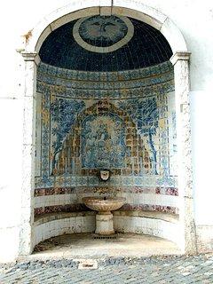 Alcôve en Azulejos située au pied de l'immeuble ...typique !