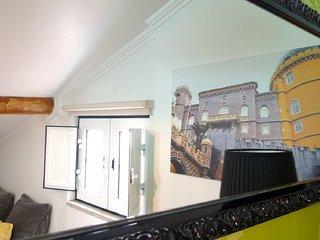 Chambre à l'étage avec  3 lits simples et salle de bain (douche et WC). Vue sur le Taje.
