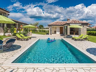 4 bedroom villa with pool, table tennis, bikes, Kastel