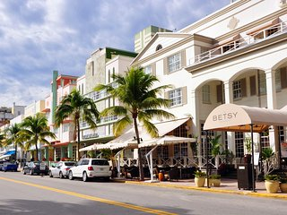800 ft Amazing Apt in the Heart of Miami Beach - Steps from Beach, Rests & Shops