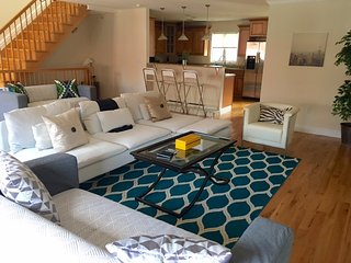 15 Minutes to TIMES SQUARE - STUNNING & LARGE 3BR HOME, Edgewater