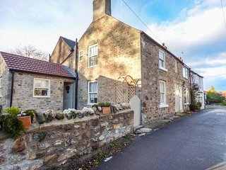 MAGNOLIA COTTAGE, multi-fuel stove, WiFi, en-suite bedrooms, in Barton, Richmond, Ref 949020