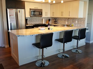 CHIC KITCHEN W/ BREAKFAST BAR, NEAR DWNTWN SHOPS,MINUTES TO CTRAIN! FREE PARKING, Calgary