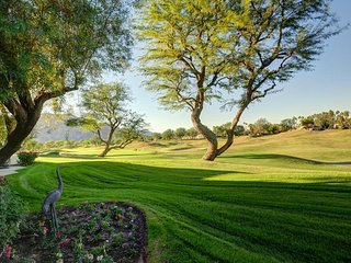 Golf course-view condo, with shared pool, hot tub, golf, and tennis