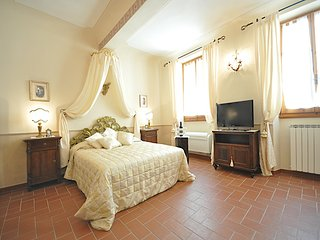 Charming and comfortable 2 bedrooms apartment located in the heart of Florence