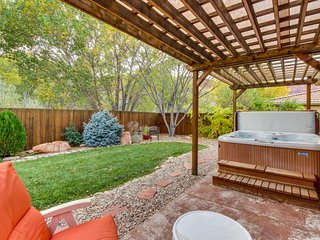A private hot tub, shared pool, great views, and dog-friendly environment await!, Moab
