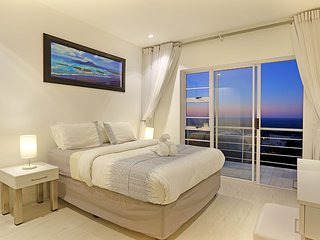 Panoramic Ocean and mountain Views penthouse unit, Camps Bay