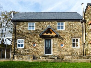 THE DAIRY, character, ground floor rooms, woodburner, near St Clears, Ref 917830, Llangynin